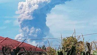 След земетресението и цунамито, на индонезийския остров Сулавеси изригна вулкан