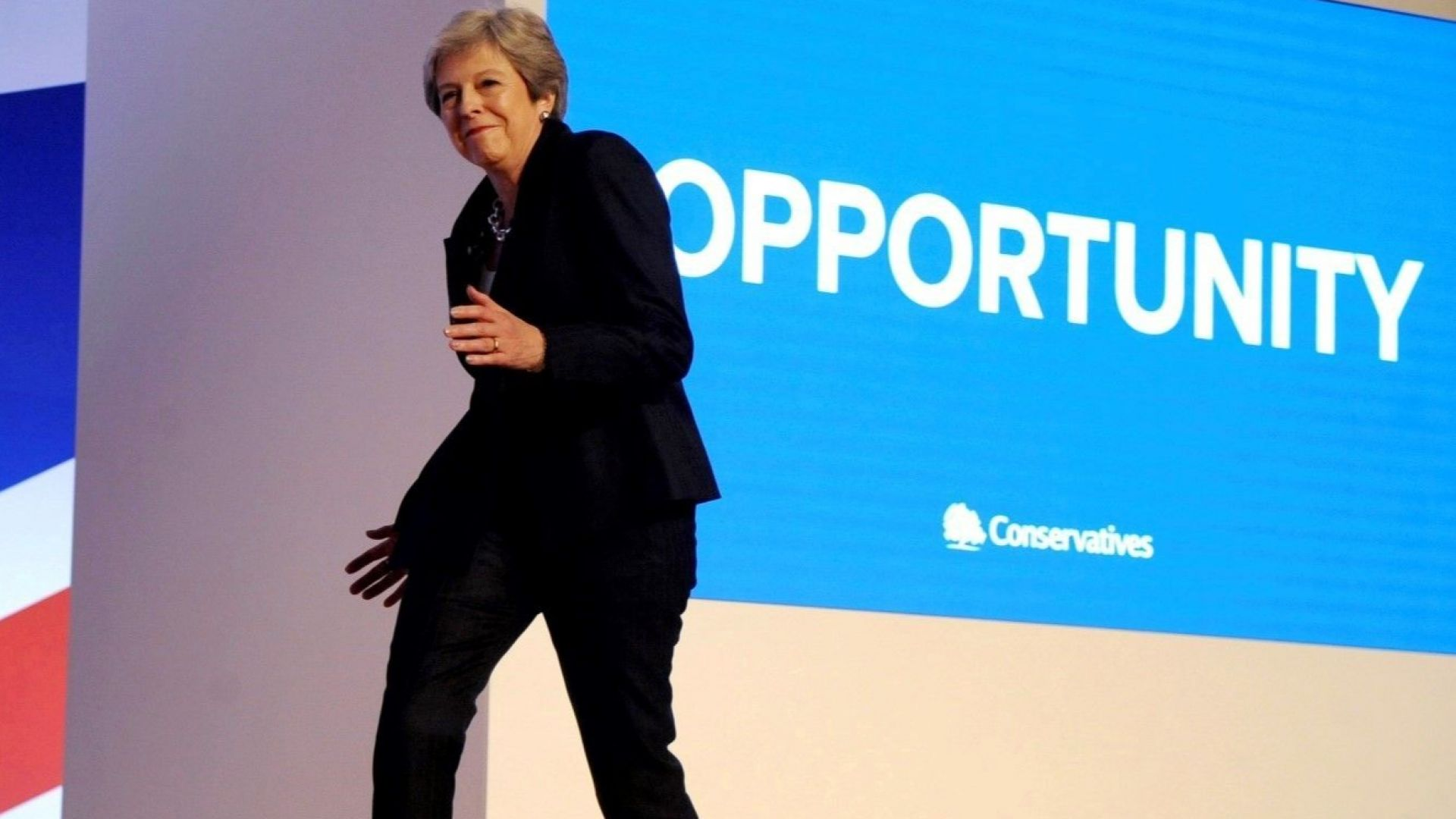 Тереза Мей пак танцува, този път на Dancing Queen пред партийния елит