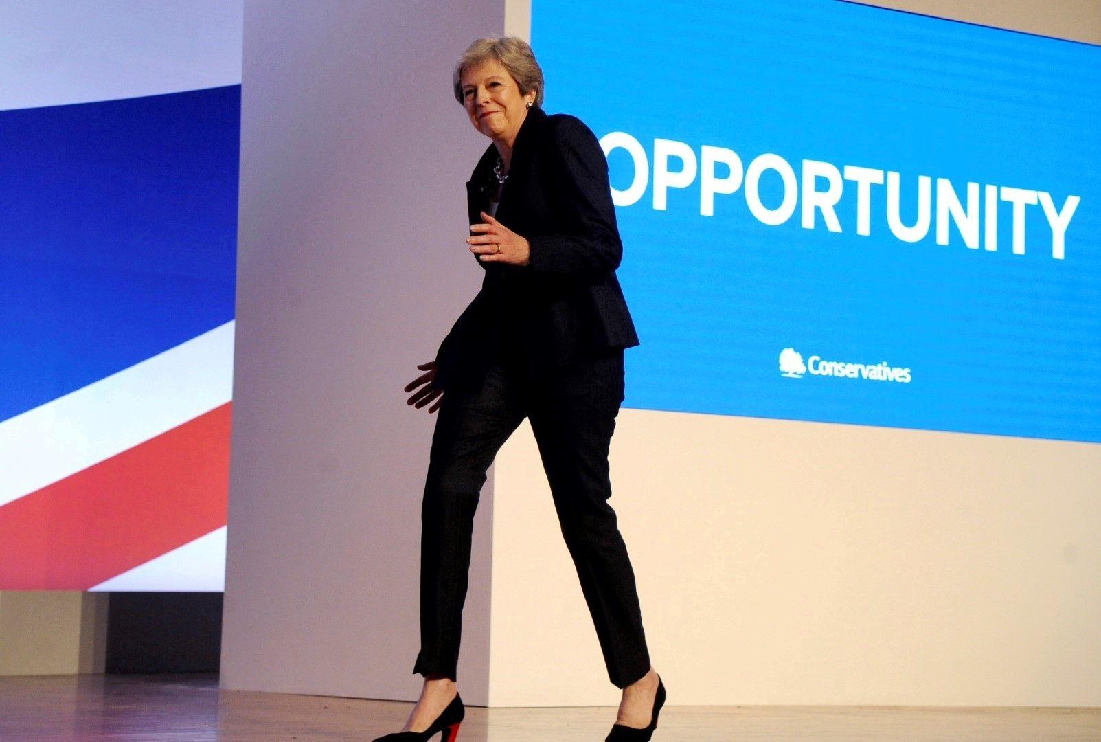 Британският премиер Тереза Май потанцува на сцената преди речта си на годишната конференция на Консервативната партия на 3 октомври