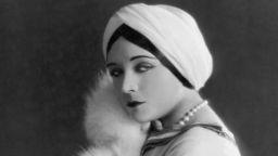 Звуковото кино съсипва кариерата на звездата на немите филми - Пола Негри