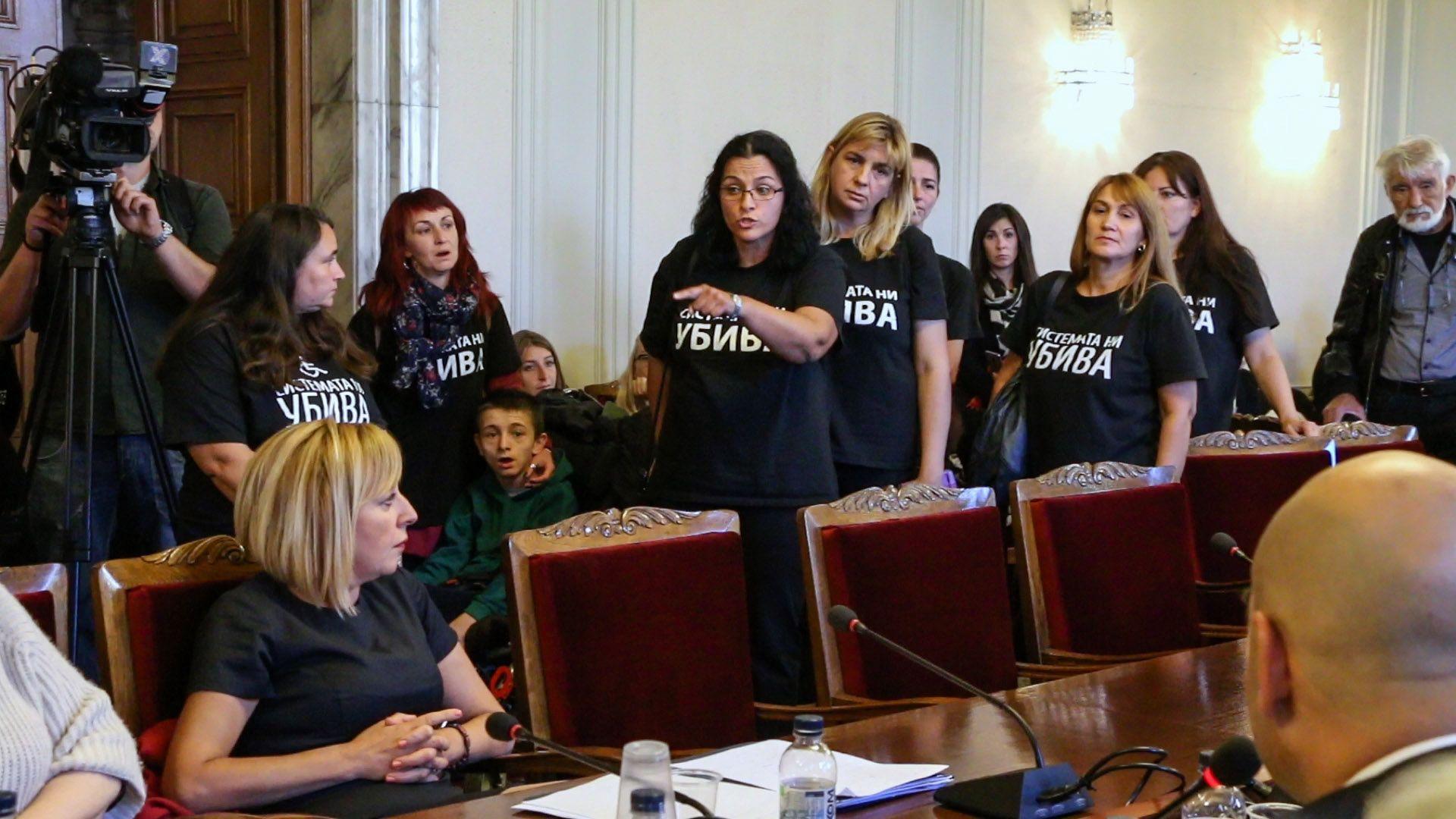 Майките напуснаха НС със скандал (Видео)