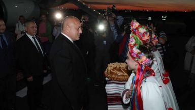 Борисов пристигна в Украйна, посрещат го с питка