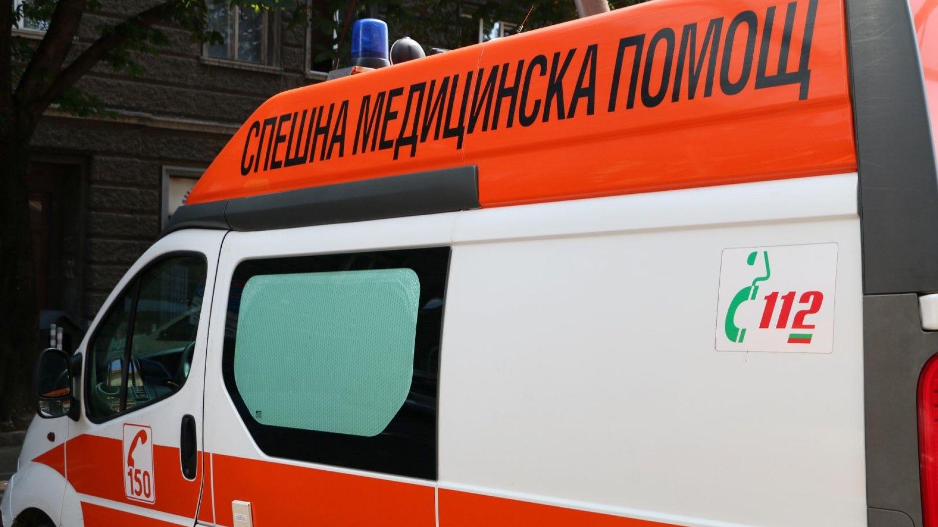 При сблъсък на автомобил с автобус, жена е с опасност за живота