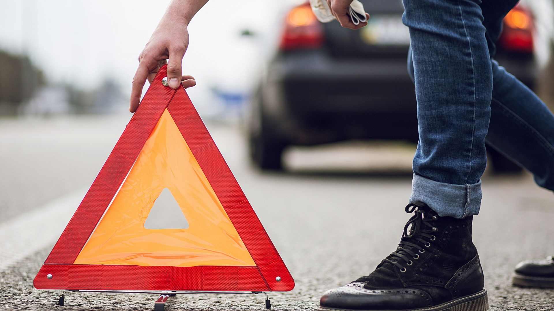Близо 200 души са глобени за каране в аварийната лента за година