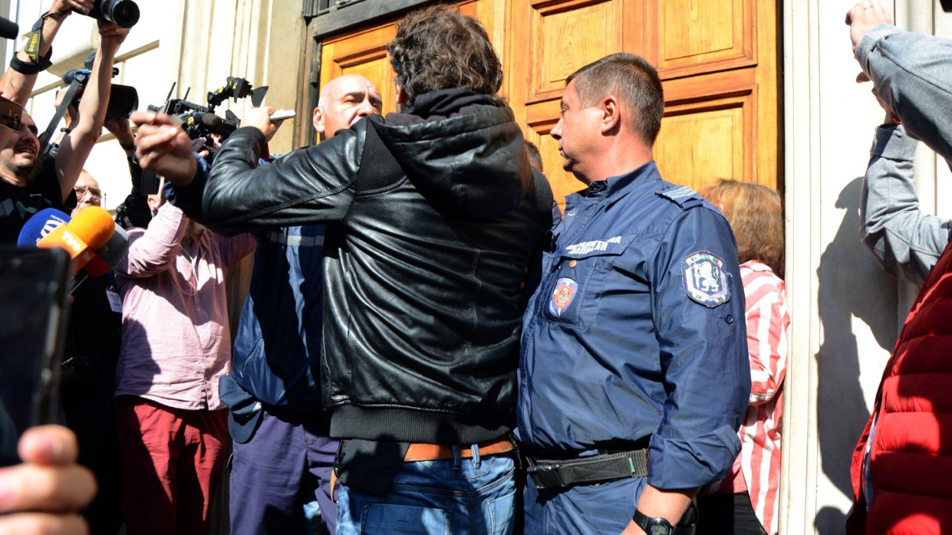 Обвиниха хулигана от протестите пред Столична община