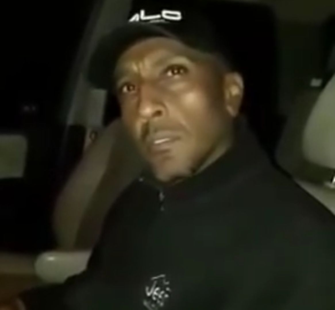 Чужденецът в автомобила си, докато полицаите го проверяват