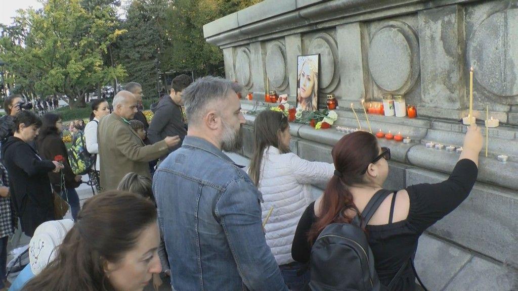 Хиляди русенци запалиха свещичка в памет на убитата Виктория