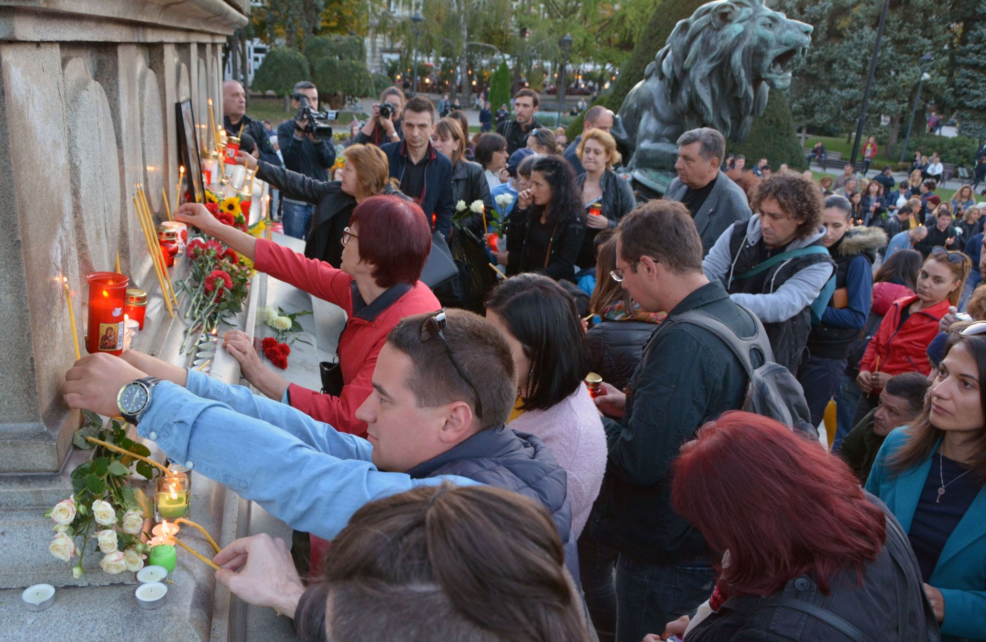 Хиляди русенци запалиха свещичка в памет на Виктория