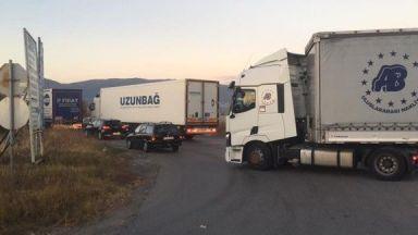 """3 камиона и 4 коли са се ударили на """"Тракия"""", мъж е с тежка черепна травма"""