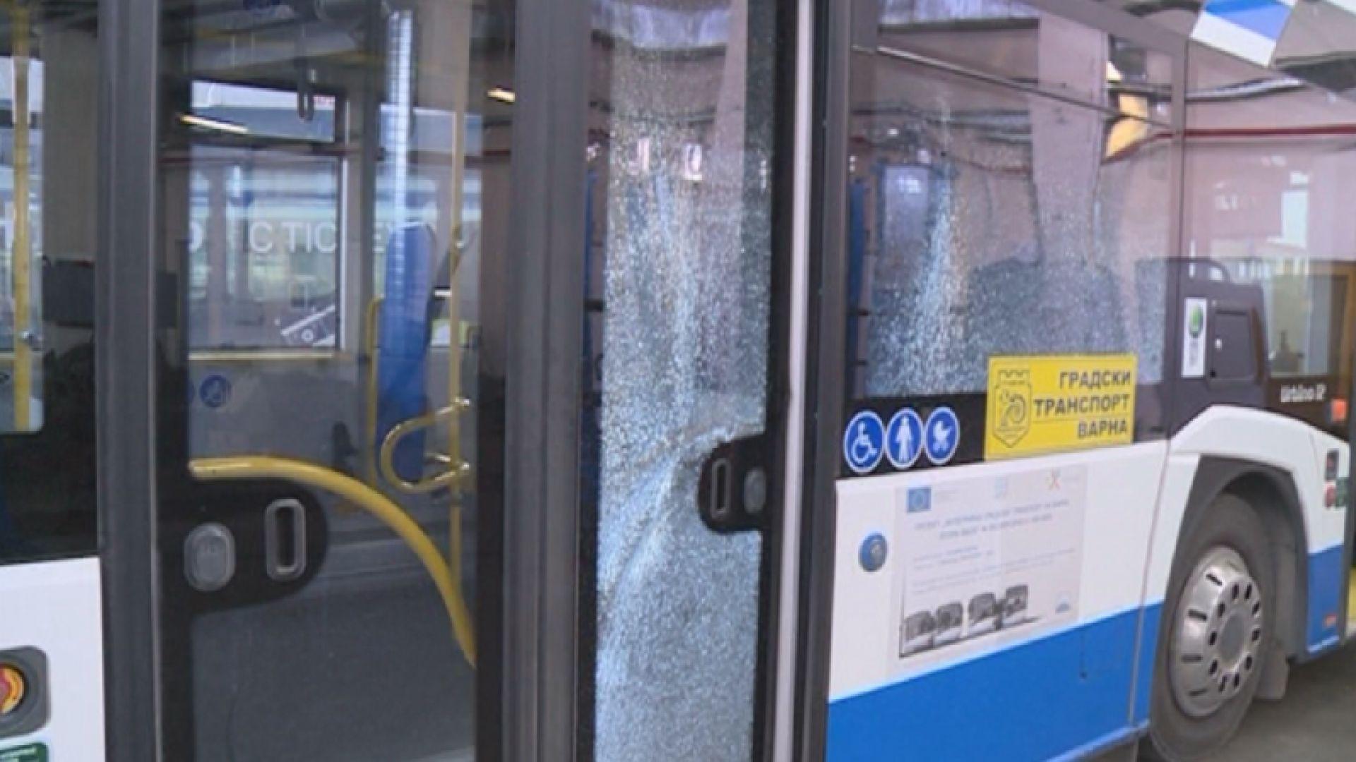 Два автобуса на градския транспорт във Варна са със счупени