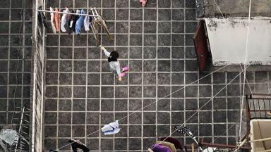 """Французин """"шпионира"""" жителите на Хонг Конг по покривите на високите стари сгради"""