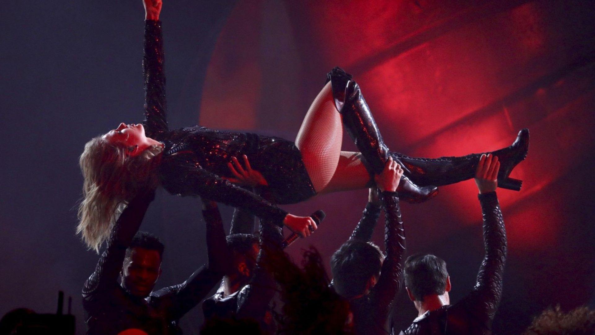 """Тейлър Суифт представя """"I Did Something Bad"""" по време на Американските музикални награди"""