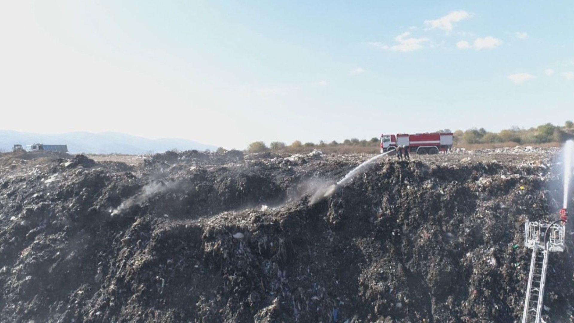 Доброволци почистиха незаконно сметище за гуми в подножието на река