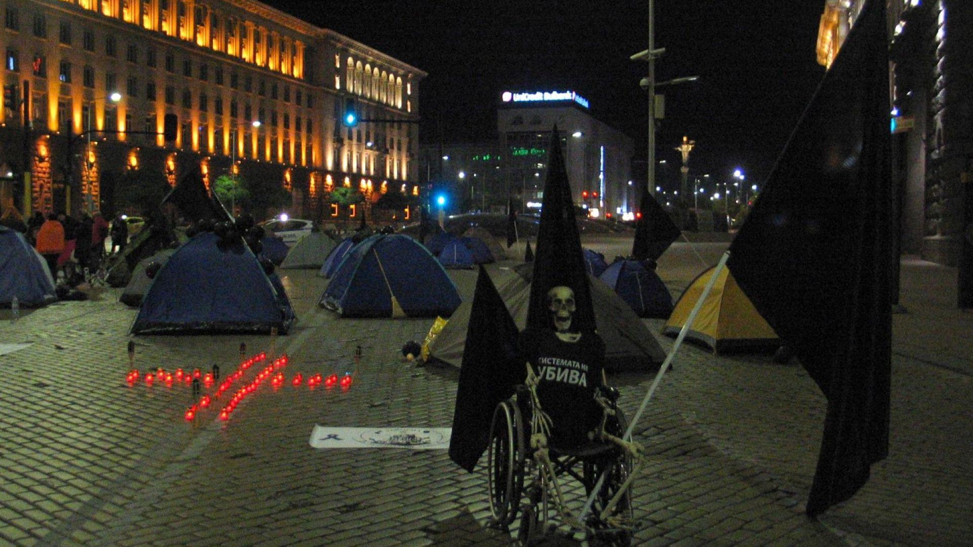 Майки на болни деца спаха в 28 палатки под прозорците на властта (снимки)