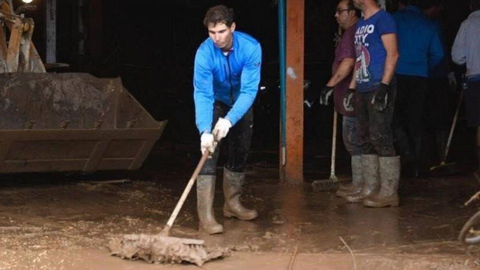 Тенисист №1 в света даде пример с дела след тежки наводнения в Майорка