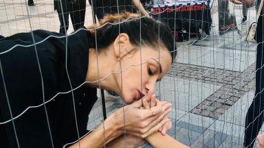 Памела Андерсън и Диляна Попова се затвориха в клетки