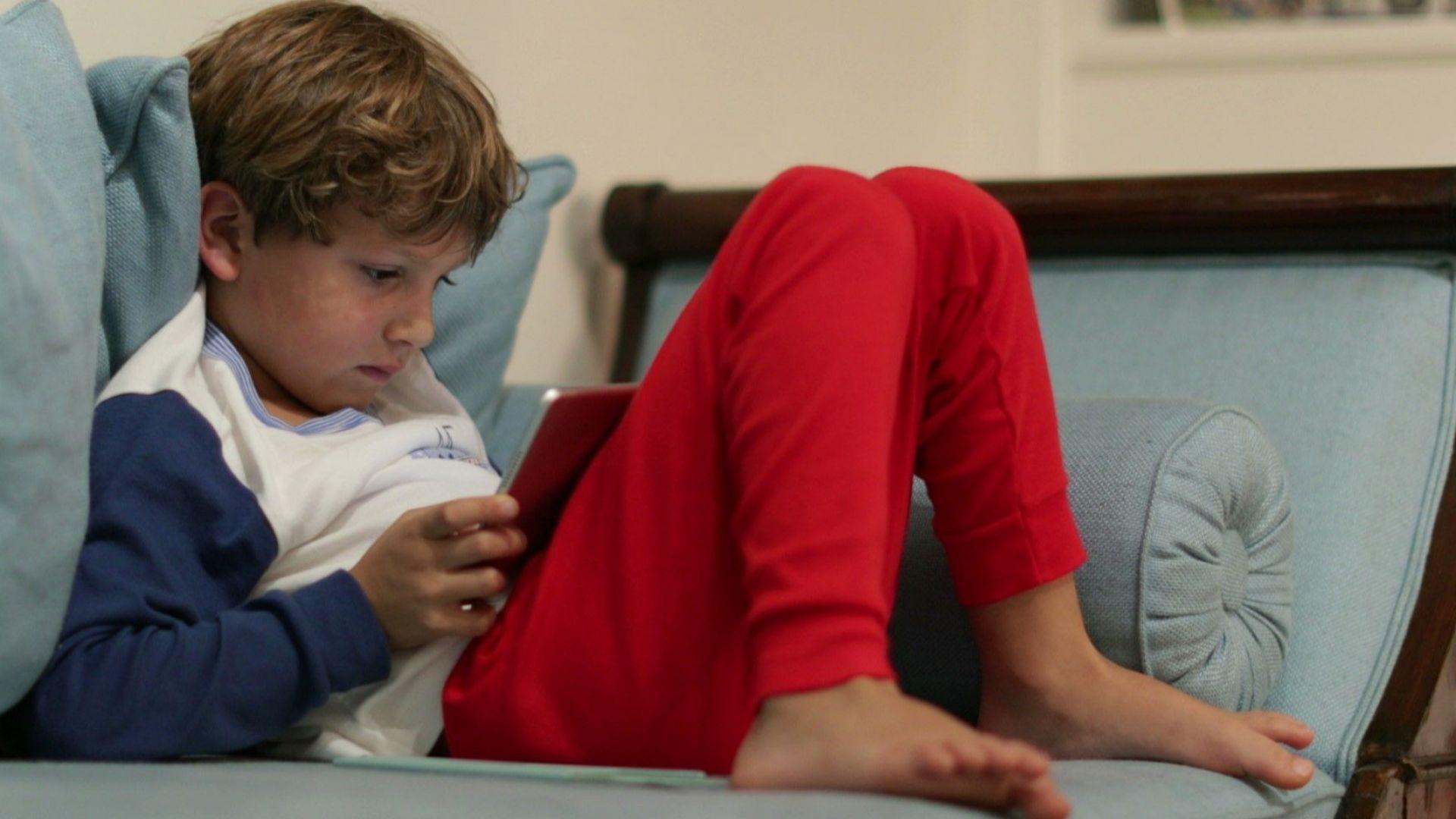 Експерти: Децата до 4 клас само до 1 час на ден пред компютъра