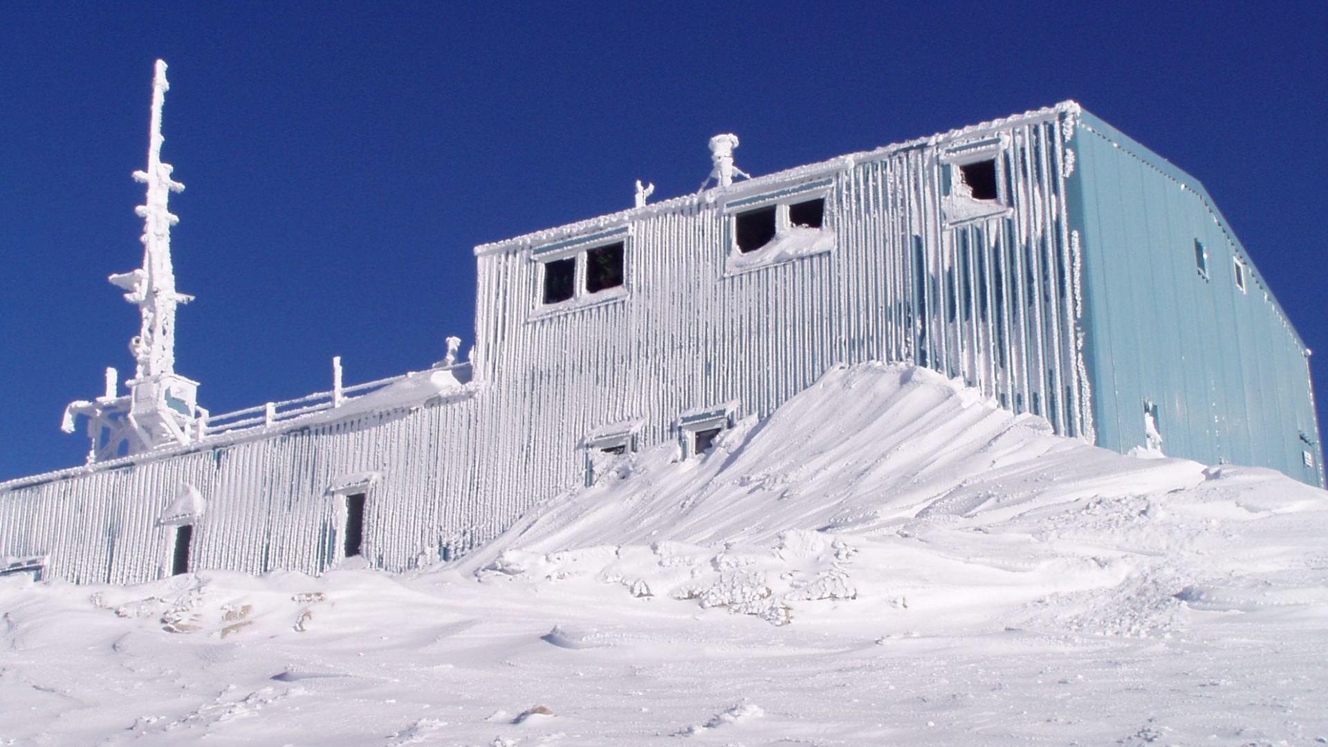 Така изглежда станцията на Мусала през зимата