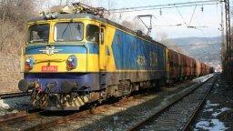 Пламна локомотив на товарен влак край Костенец