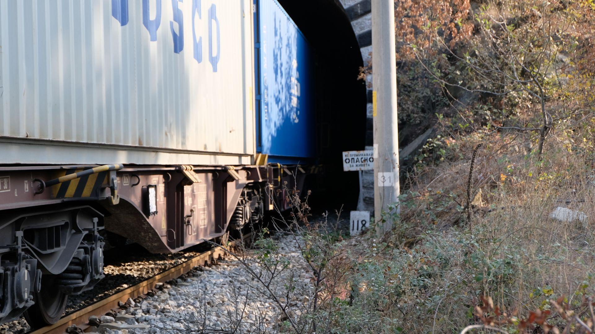 Загиналият машинист се е хвърлил от локомотива в тунела