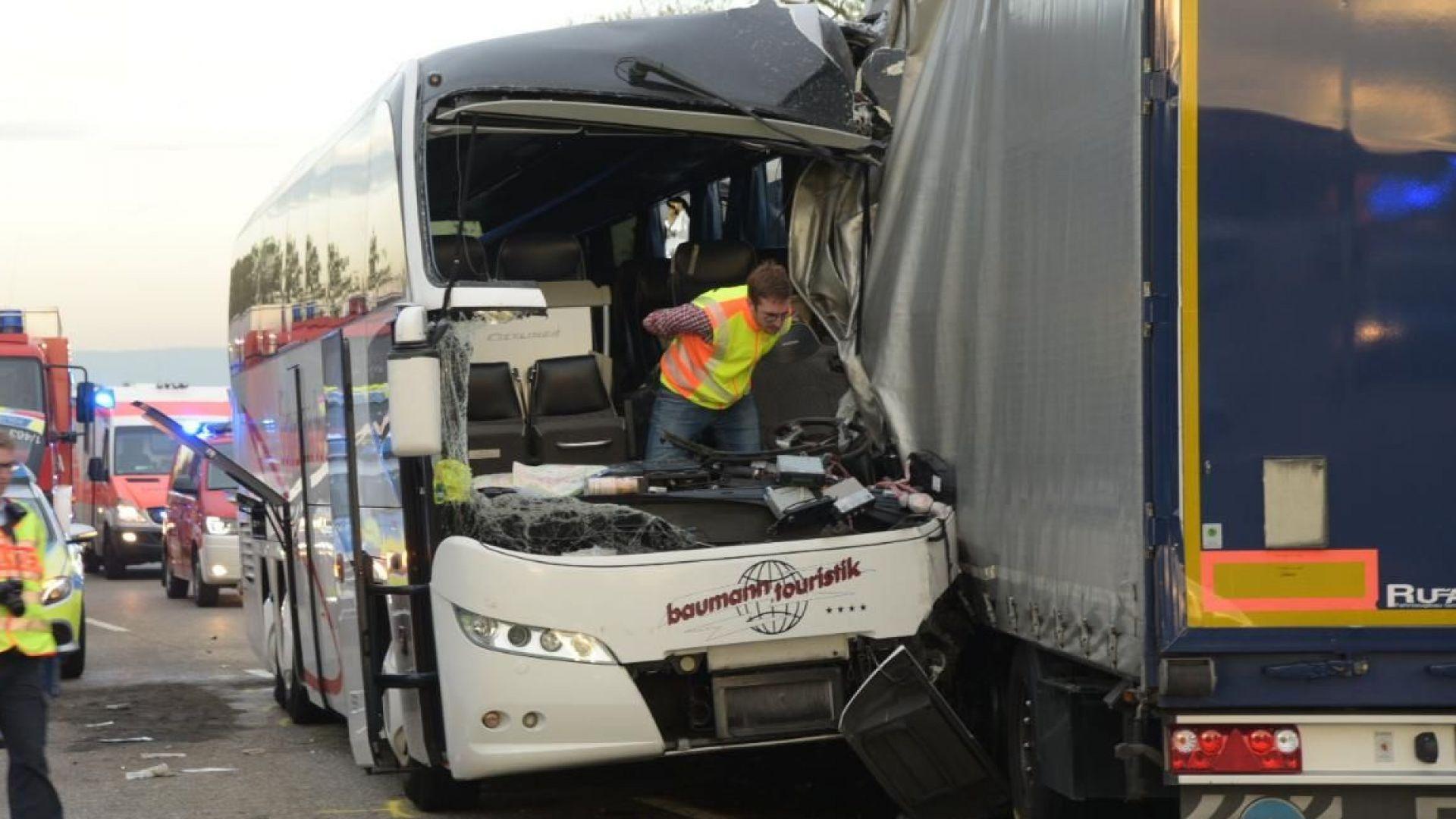 30 души са били ранени при жестока катастрофа между автобус