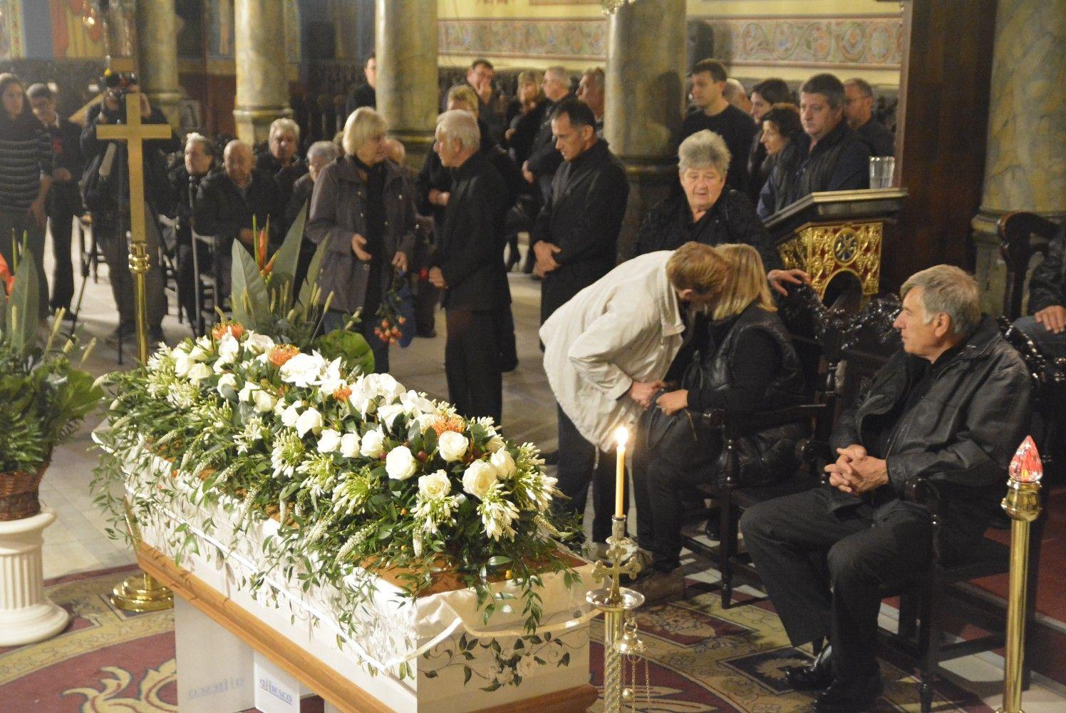 Виктория бе положена в бял ковчег