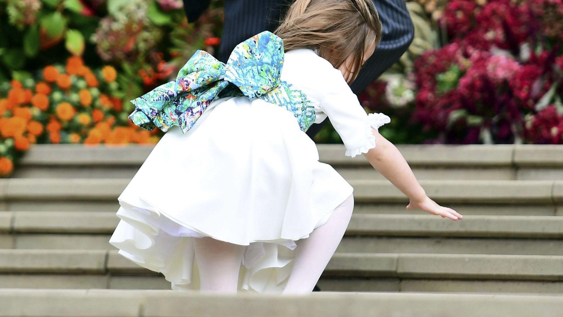 Шарлот пада по стълбите