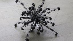 Японски учени създадоха робот с 32 крака (видео)