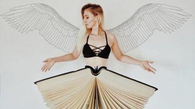 Момиче създава невероятни инсталации с книгите от библиотеката си