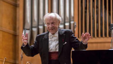 """Препълнената зала """"България"""" аплодира на крака Паул Бадура-Скода и Софийската филхармония"""