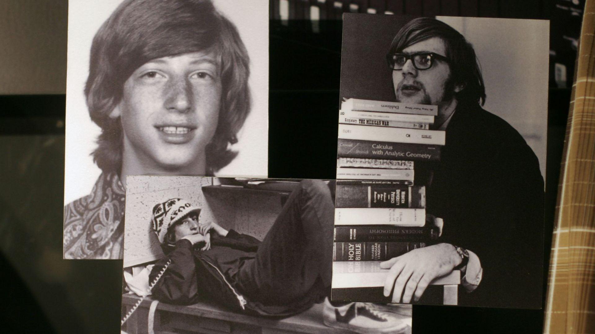 """Снимки на Бил Гейтс (вляво) и Пол Алън от 70-те години са изложени в посетителския център на """"Майкрософт"""" в Редмънд, Вашингтон"""