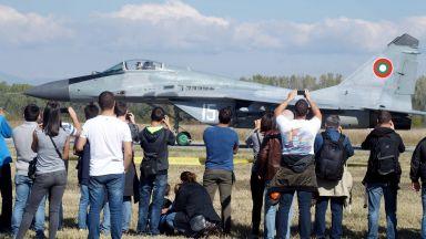 """МиГ-29 чакат папата в """"Граф Игнатиево"""", за да летят за парада* в София"""
