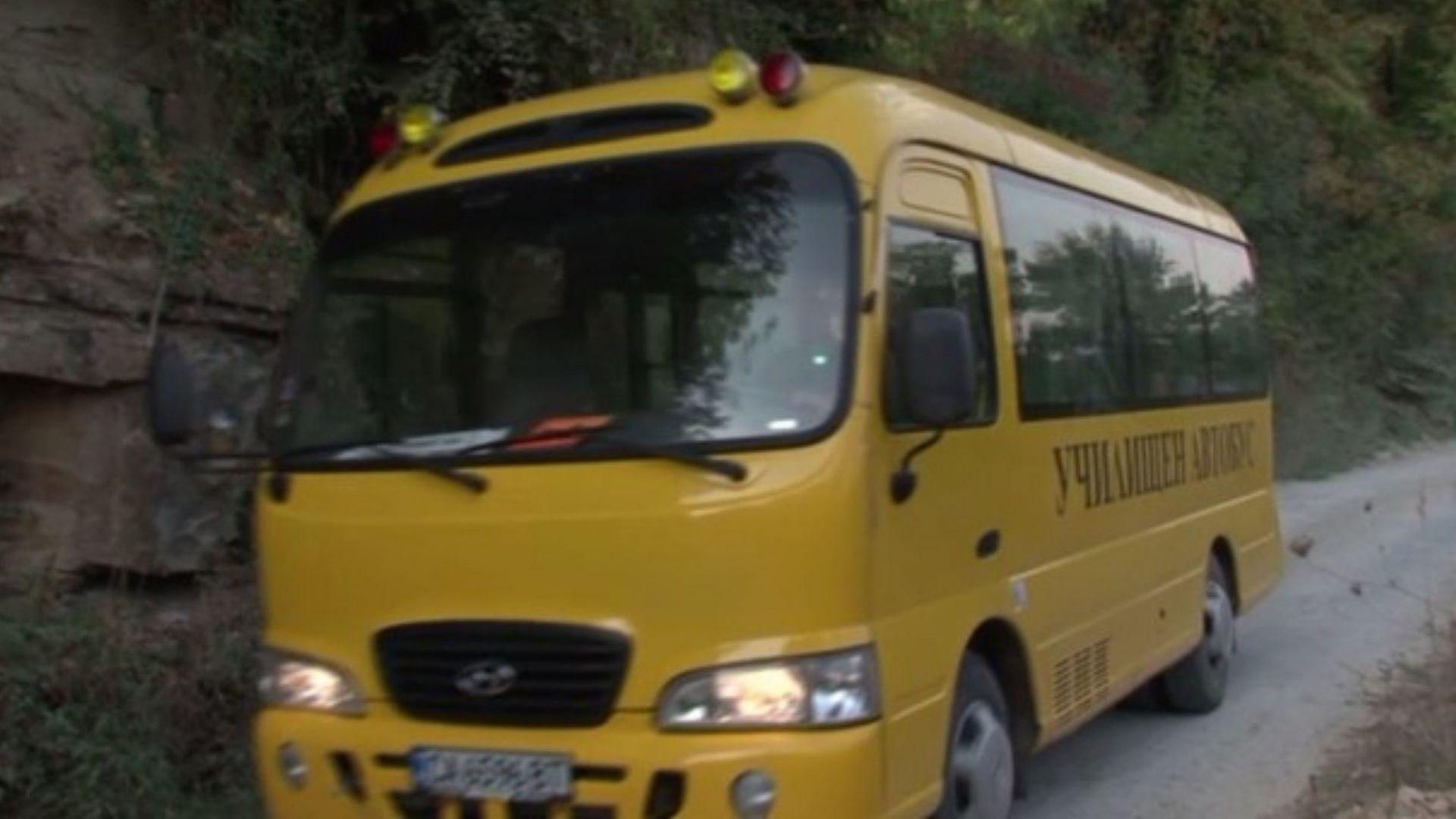 Мъжът, катастрофирал в понеделник с училищния автобус в Кюстендилско, е