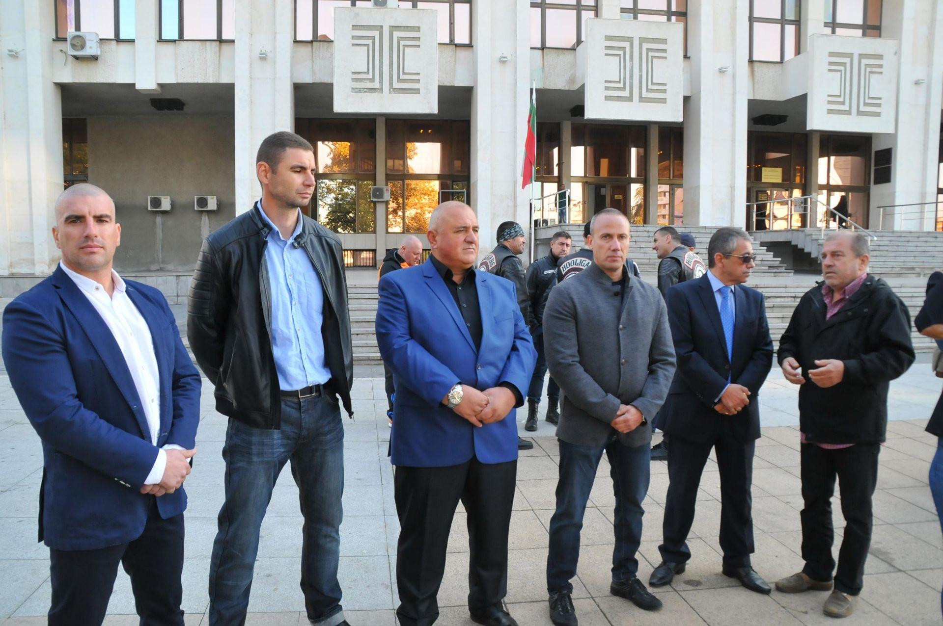 Граничните полицаи бяха посрещнати като истински герои от насъбралите се на митинг в тяхна защита бургазлии
