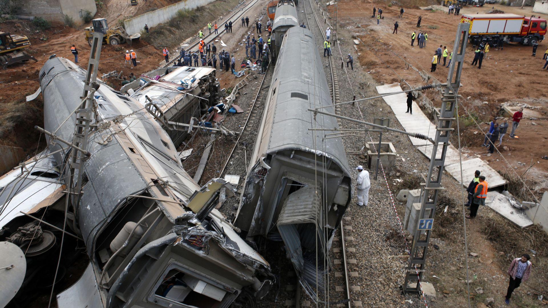 Жертви и десетки ранени във влакова катастрофа в Мароко (снимки)