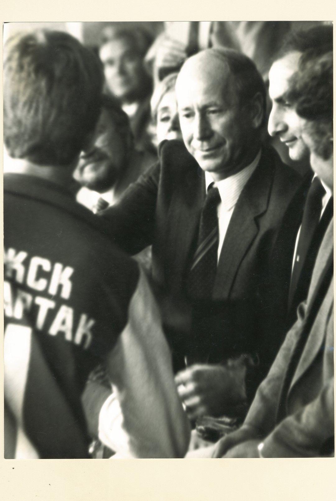 Великият Боби Чарлтън на трибуните за мача преди 35 години във Варна.