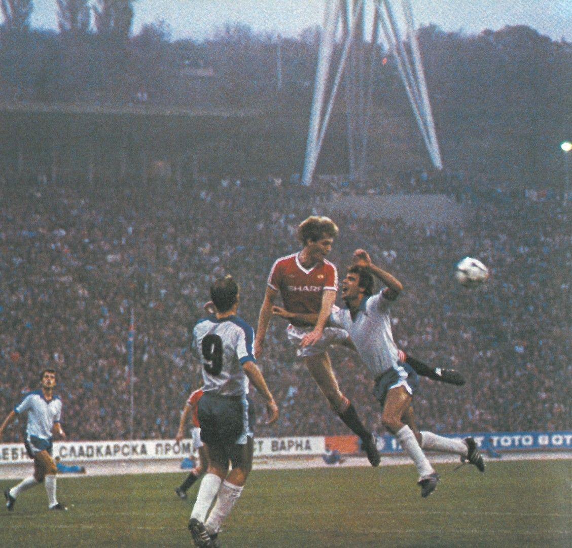 """Сашо Борисов (вдясно) във въздушен двубой с футболист на """"Манчестър Юнайтед""""."""