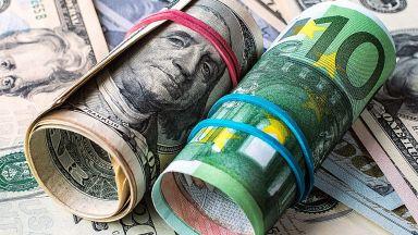 Експерт: Доларът ще поевтинее с 40% спрямо еврото до 2024 година
