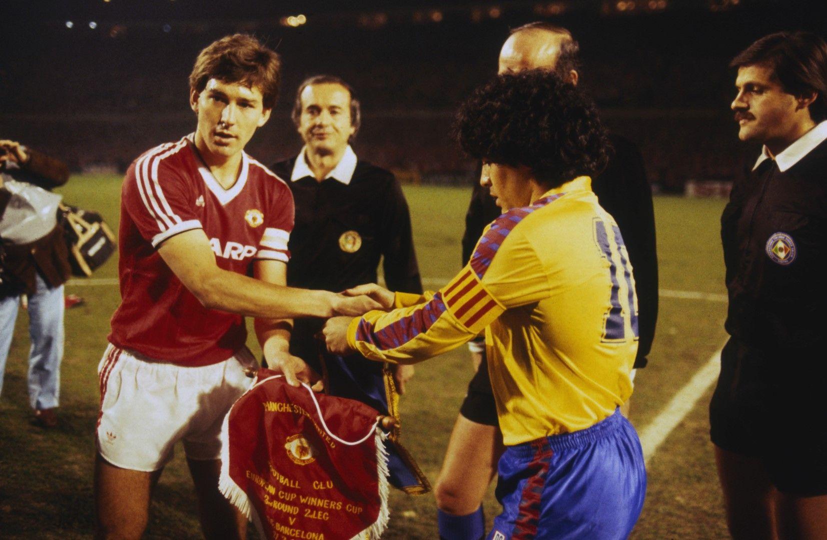 В следващия етап, след елиминирането на Спартак, Юнайтед се изправи срещу Барселона на Марадона (на снимката - двамата с Робсън).