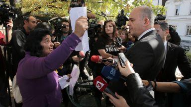 Бисер Петков лично съобщи на протестиращите майки за приетия от МС закон