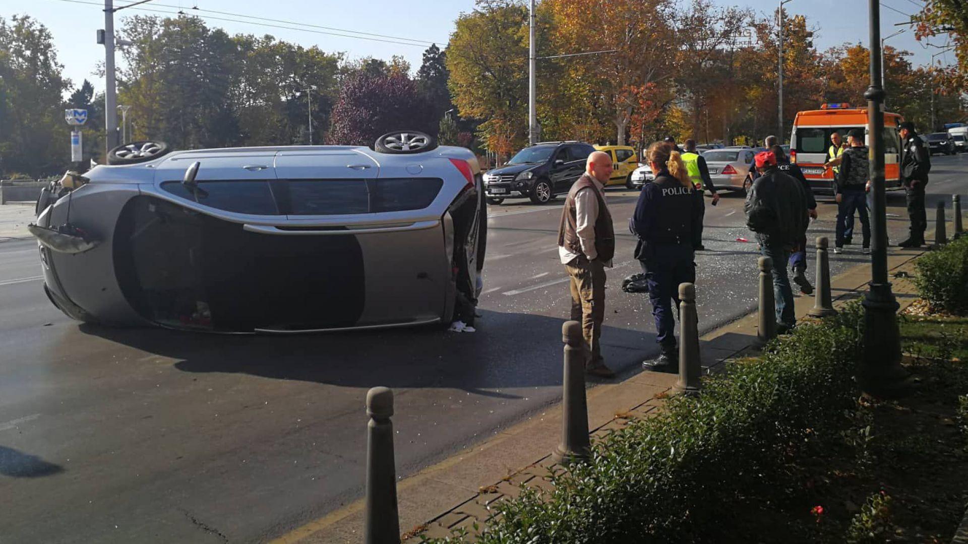 """Кола се обърна при Орлов мост, мъж и бебе са в """"Пирогов"""""""