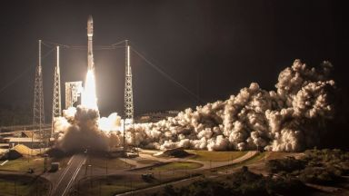 САЩ изстреля военен сателит за 1.8 милиарда долара (снимки)