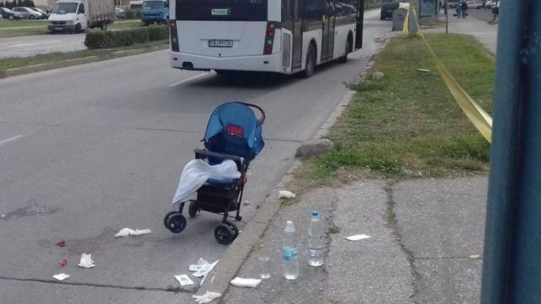 Градски автобус блъсна майка с бебе на пешеходна пътека