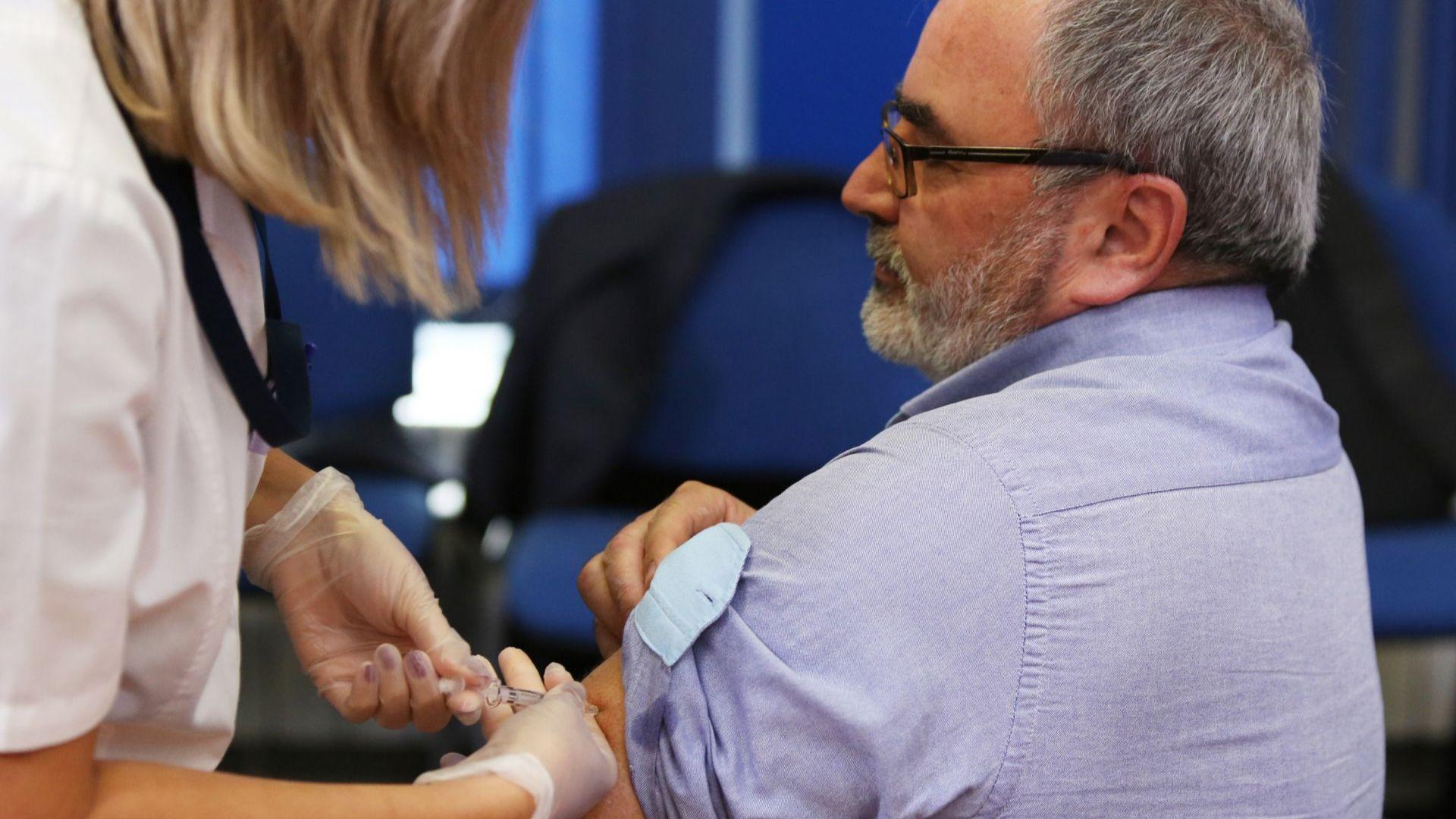 Грипът се очаква в края на годината, д-р Кунчев се ваксинира