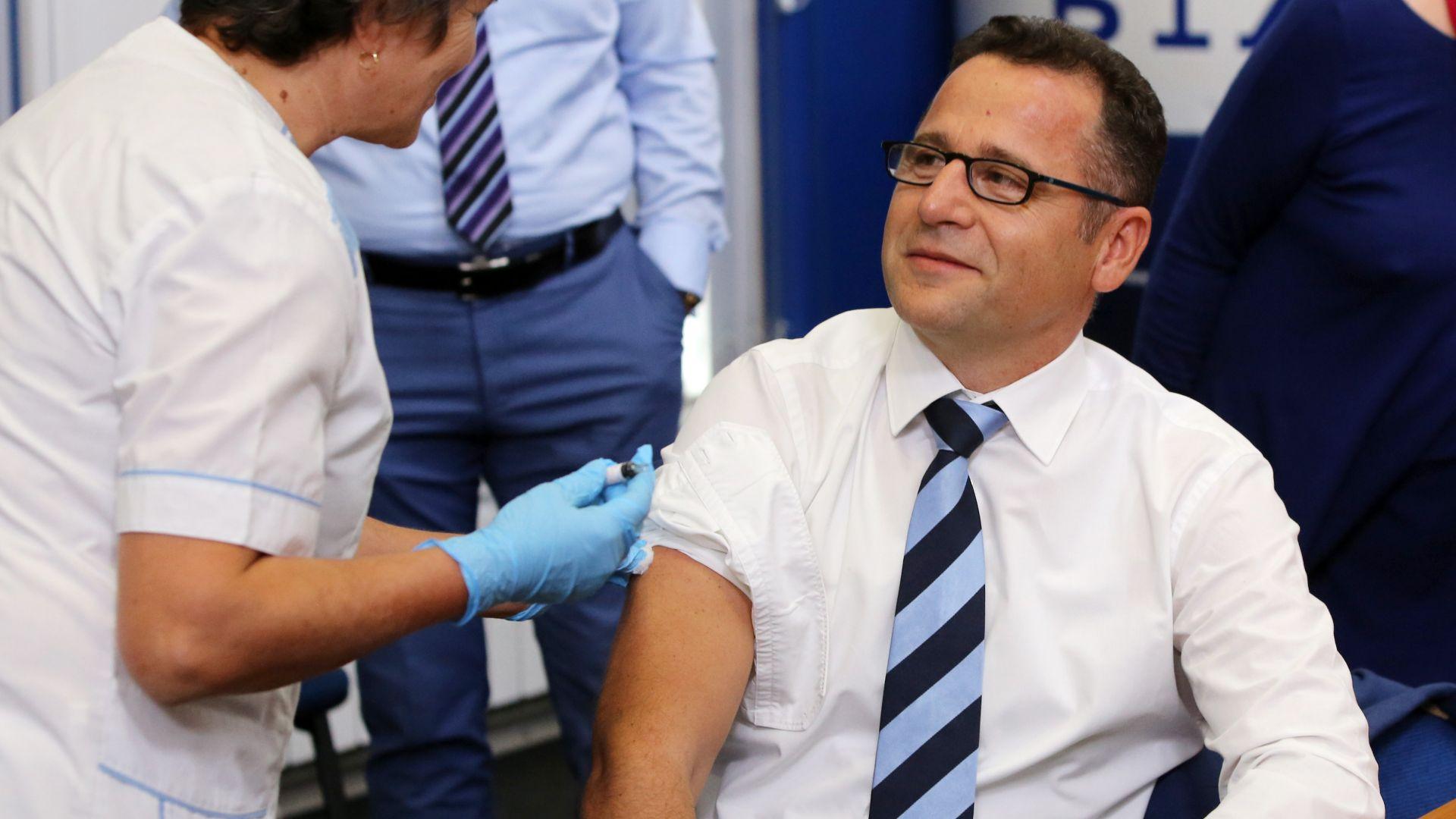 Д-р Скендер Скала, шеф на офиса на Световната здравна организация у нас, също се ваксинира