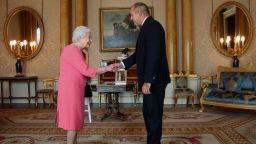 Какво подари президентската двойка на кралицата
