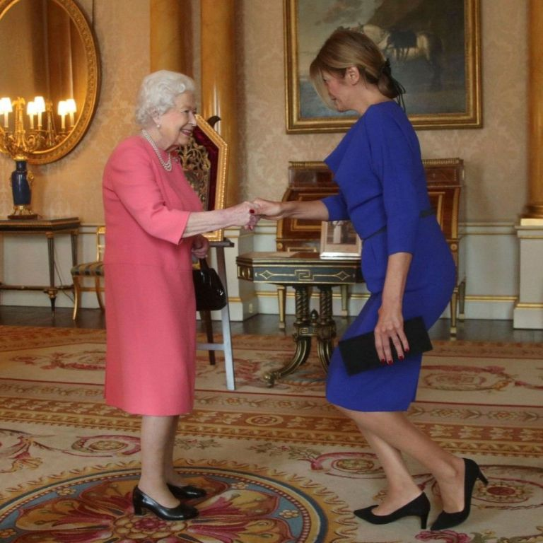 Първата дама в кралско синьо при Елизабет II