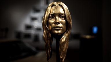Продадоха Кейт Мос от злато за близо 500 000 долара
