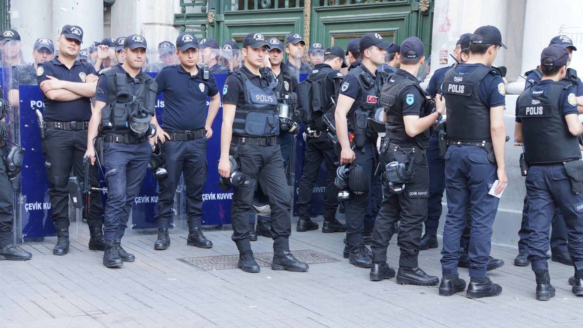 Турската полиция обследва гора край Истанбул и околностите на град