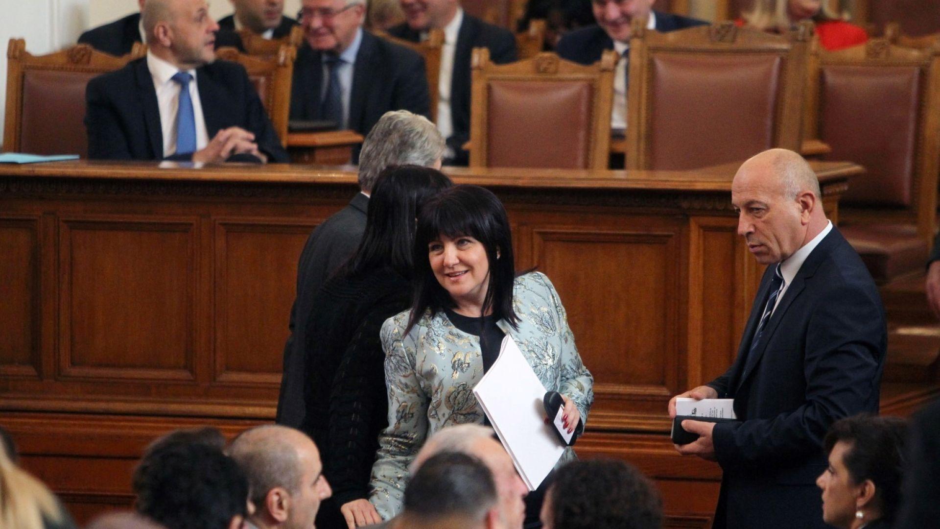 С кворум от 143 народни представители започна пленарното заседание, на